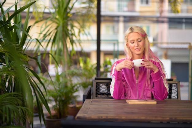 Portret młodej pięknej kobiety blondynka relaks w kawiarni
