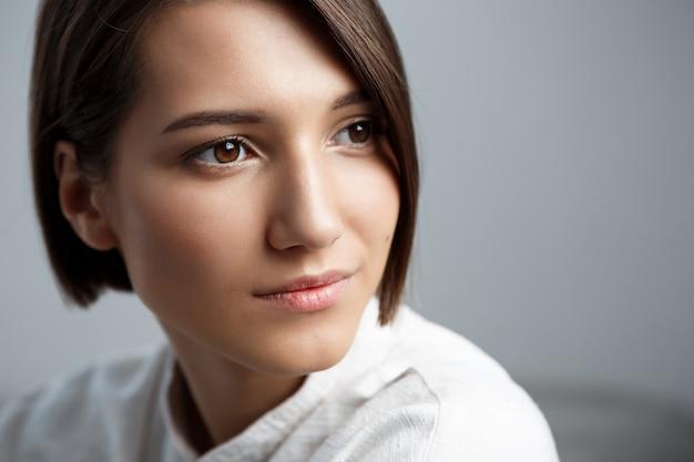 Portret młodej pięknej kobiety brunetka z uśmiechem