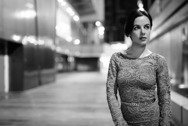 Portret młodej pięknej kobiety hiszpanie zwiedzanie ulic miasta w nocy