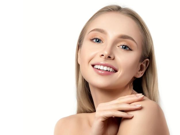 Portret młodej pięknej kobiety kaukaski dotykając jej ramienia na białym tle. miękka koncepcja skóry, pielęgnacji skóry lub kosmetologii