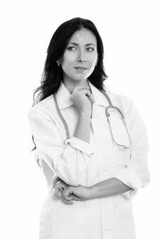 Portret młodej pięknej kobiety lekarz na białym tle w czerni i bieli