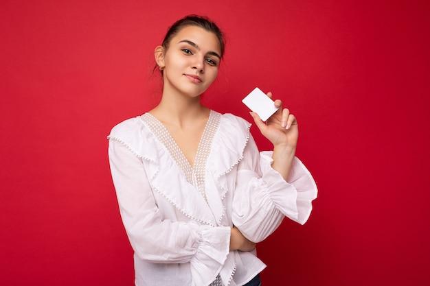 Portret młodej pięknej kobiety posiadania karty kredytowej