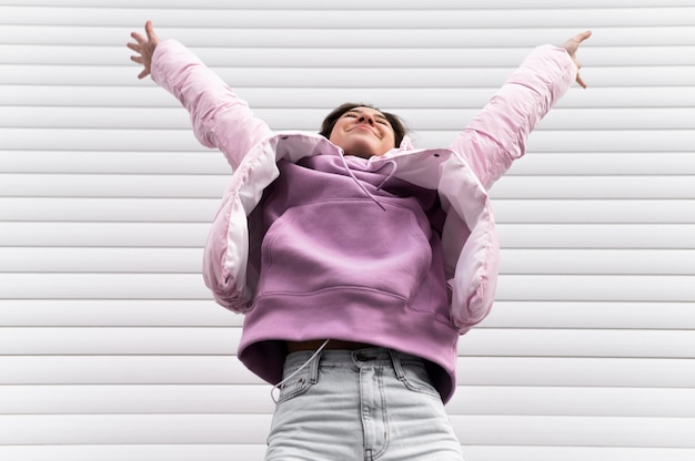 Portret młodej pięknej kobiety skoki