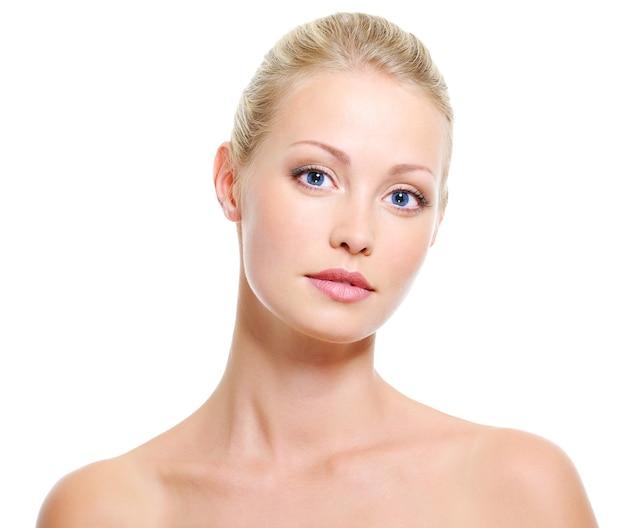 Portret młodej pięknej kobiety spokojny o niebieskich oczach zdrowej skóry i piękna