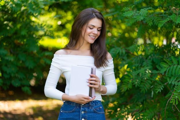 Portret młodej pięknej kobiety studenckiej dziewczyny z książek