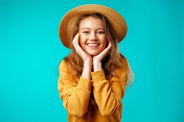 Portret młodej pięknej kobiety szczęśliwy uśmiechający się bliska
