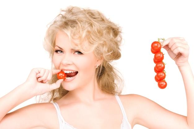 Portret młodej pięknej kobiety z dojrzałymi pomidorami
