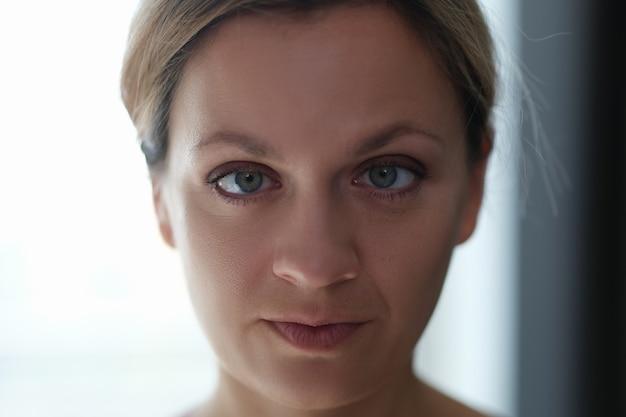 Portret młodej pięknej kobiety z przymrużonymi oczami