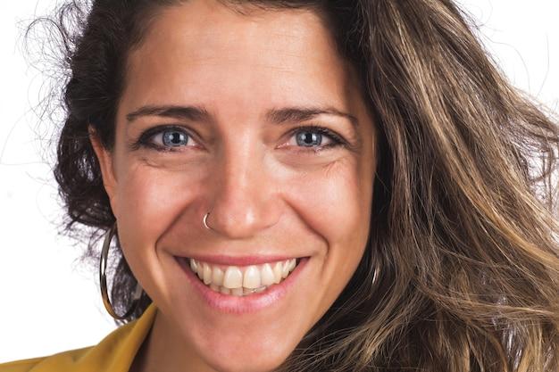 Portret młodej pięknej kobiety z uśmiechem