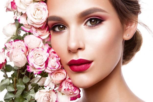 Portret młodej pięknej kobiety ze stylowym makijażem