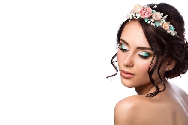 Portret młodej pięknej narzeczonej. fryzura i makijaż ślubny. skopiuj miejsce.