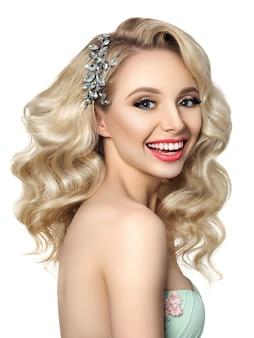 Portret młodej pięknej narzeczonej pozowanie na białym tle. fryzura i makijaż ślubny.