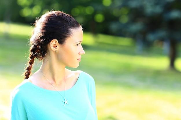Portret młodej pięknej uśmiechniętej kobiety na zewnątrz