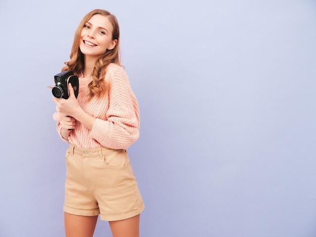 Portret młodej pięknej uśmiechniętej kobiety w modnych letnich ubraniach