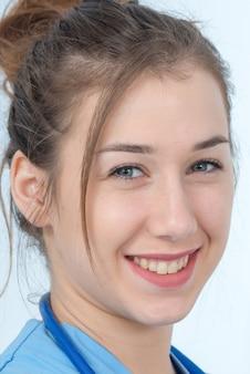 Portret młodej pielęgniarki w niebieskim mundurze