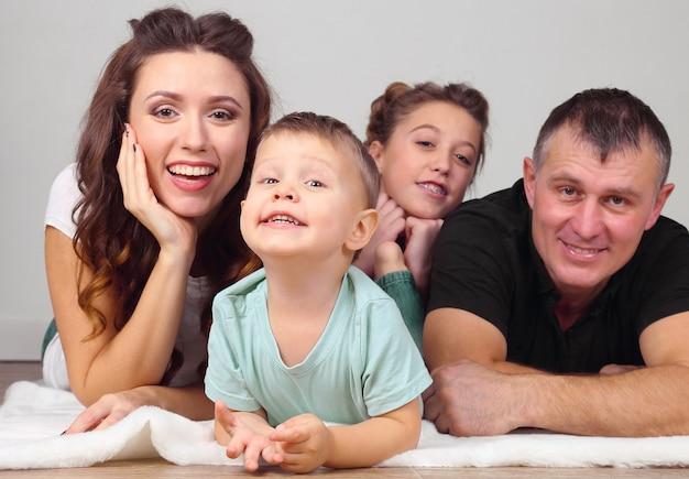 Portret młodej rodziny z dziećmi. miłość i relacje między rodzicami a dziećmi