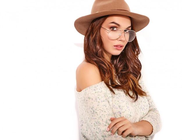 Portret młodej stylowej dziewczyny modelu w letnie ubrania w brązowy kapelusz z naturalnym makijażem w okularach na białym tle.
