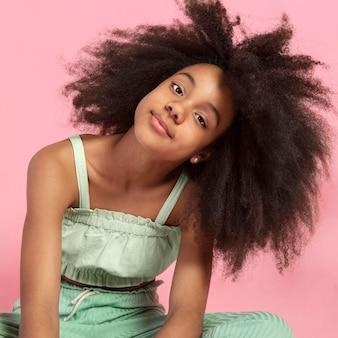 Portret młodej uroczej dziewczyny z afro
