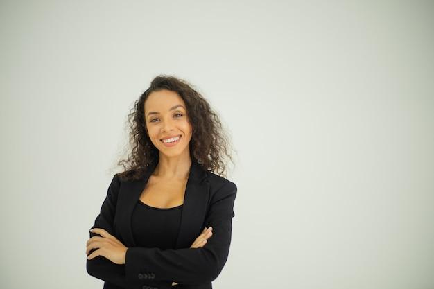 Portret młodej uśmiechniętej kobiety biznesu