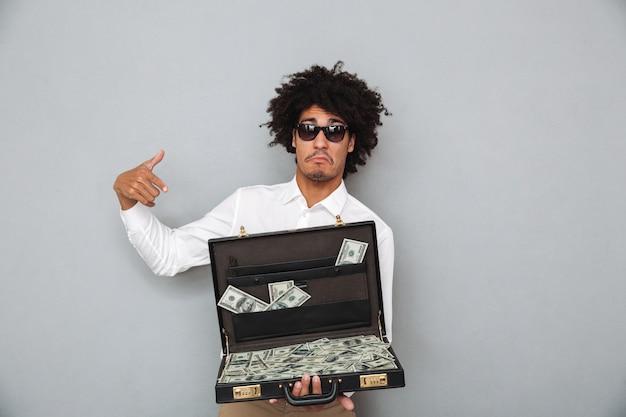 Portret młody afro amerykański mężczyzna w okularach przeciwsłonecznych