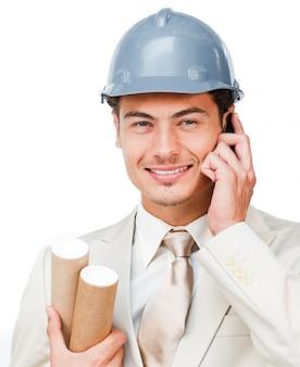 Portret młody architekt na telefonie