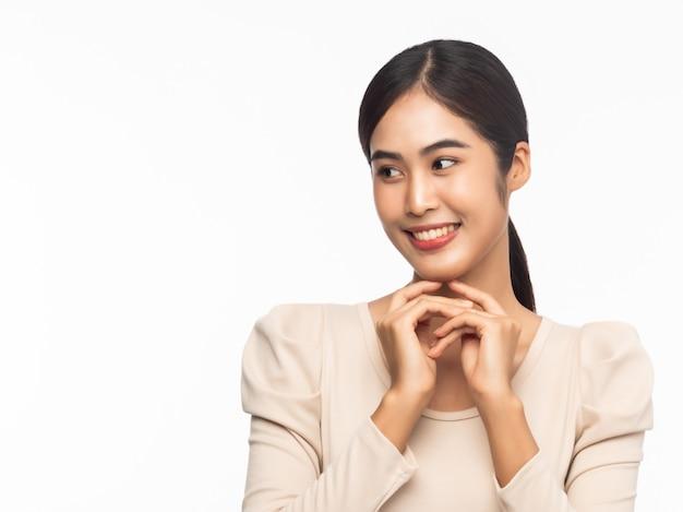 Portret młody azjatykci biznesowej kobiety ono uśmiecha się odizolowywam na białym tle