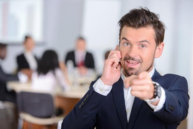 Portret młody biznesmen w kostiumu.