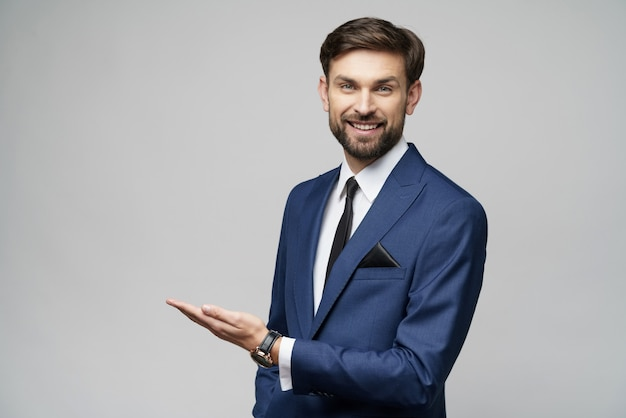 Portret młody biznesmen wskazuje na pustej przestrzeni z jego palcem