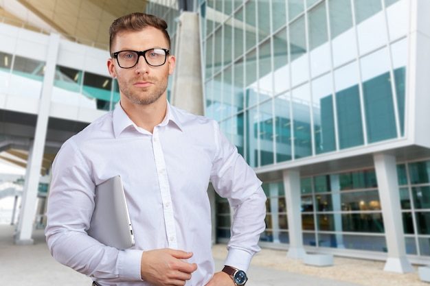 Portret młody biznesmen z laptopem
