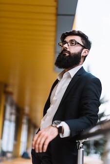 Portret młody brodaty biznesmen z czarnymi eyeglasses