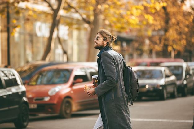 Portret młody brodaty mężczyzna jest ubranym okulary przeciwsłonecznych