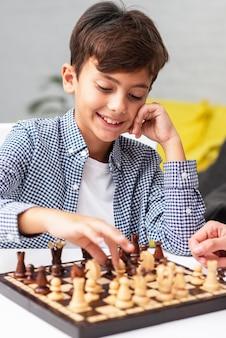 Portret młody chłopak gra w szachy