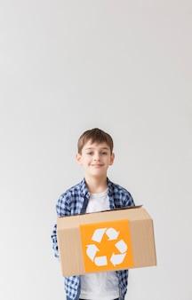 Portret młody chłopiec mienie przetwarza pudełko