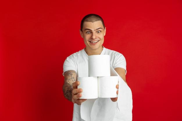 Portret młody człowiek na czerwonym tle