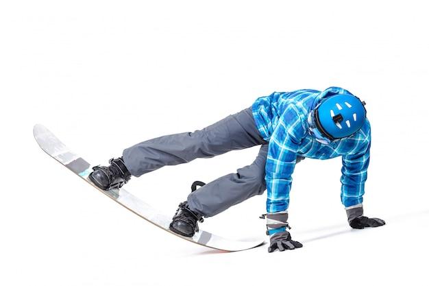 Portret młody człowiek w sportowej z snowboardem odizolowywającym na białym tle.
