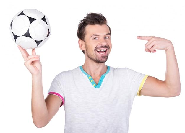 Portret młody człowiek z piłki nożnej piłką.