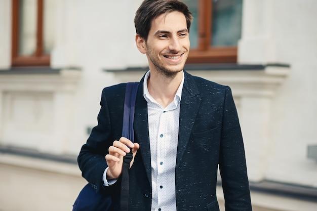 Portret młody człowiek z plecakiem w mieście