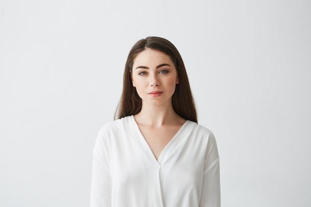 Portret młody piękny bizneswomanu ono uśmiecha się.