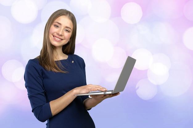 Portret młody piękny brunnete kobiety mienia laptop