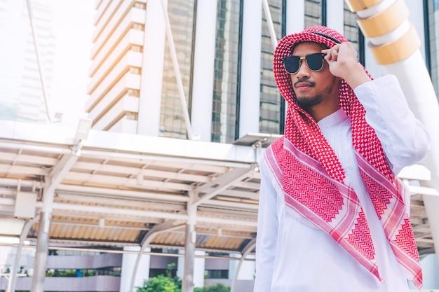 Portret młody pomyślny arabski biznesmen w mieście