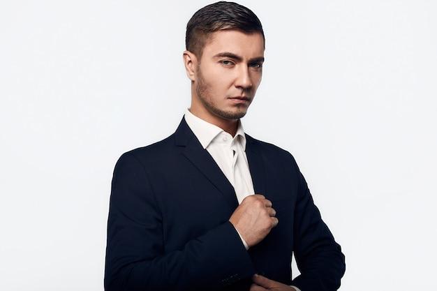 Portret młody przystojny biznesowy mężczyzna w kostiumu
