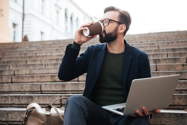 Portret młody przystojny mężczyzna w okularów pracować