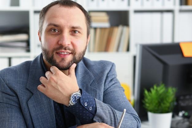 Portret młody przystojny obiecujący biznesmen w biurze