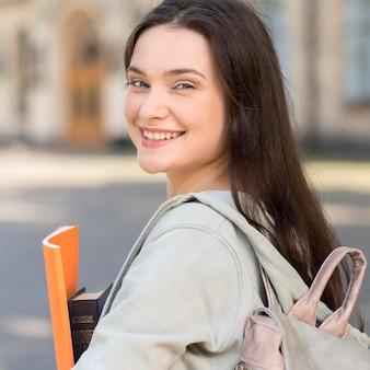 Portret młody studencki szczęśliwy być z powrotem przy uniwersytetem