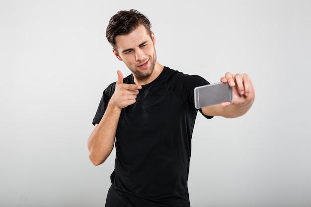 Portret młody ufny mężczyzna wskazuje palec