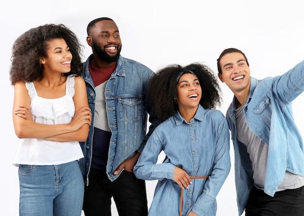Portret młodych afroamerykanów biorących selfie
