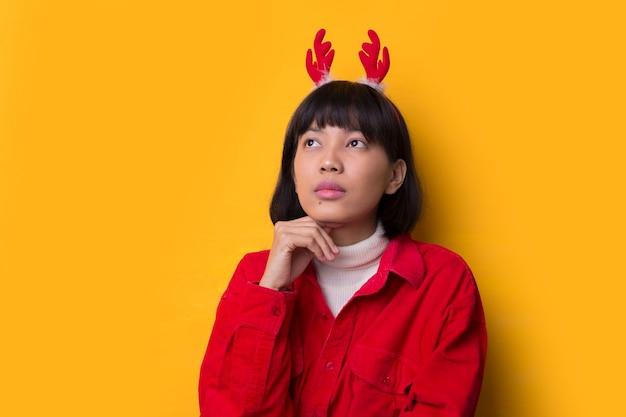 Portret młodych azjatyckich kobiet noszą czapkę mikołaja