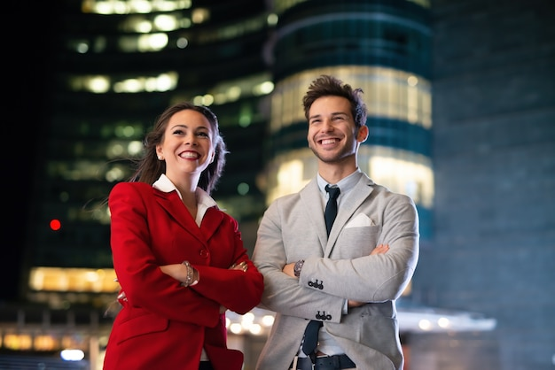 Portret młodych ludzi biznesu w nocy, biznesmen i bizneswoman razem