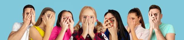 Portret młodych ludzi na jasnoniebieskim tle studia kolażu