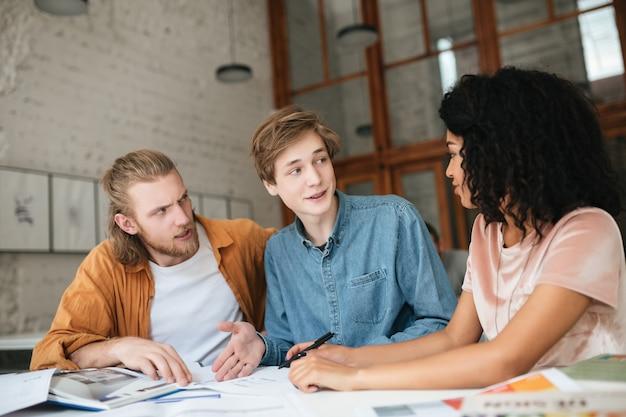 Portret młodych ludzi pracujących w biurze